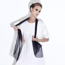 Écharpe 180 unie ultramarine mousseline de soie roulottée teint en pièce.