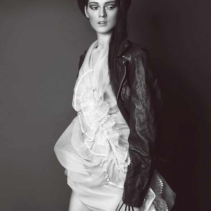 Édito dark beauty, robe en organza de soie avec volants plissés et impression phosphorescente dans les plis.
