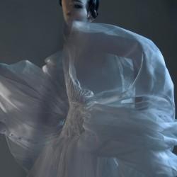 Édito la griffe studio, robe en organza de soie, plissage à l'aiguille et impression phosphorescente.