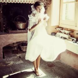 Édito Asphodel, robe en mousseline de soie et maxi col fraise en organza de soie
