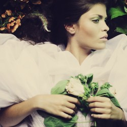 Édito Asphodel, robe plissée en organza de soie.