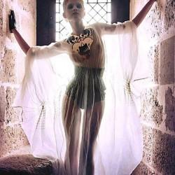 Édito AESTUS MAGAZINE robe pélerine en organza de soie plissé
