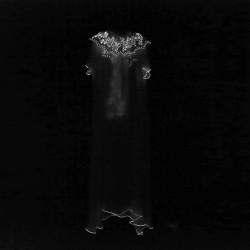 Biennale du Design 2013, robes en soie, imprimées au cadre plat avec de l'encre phosphorescente et plissage à l'aiguille.