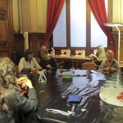 Marché Des Soies 2013, ateliers créatifs, création d'une broche en soie plissée avec sophie guyot soieries