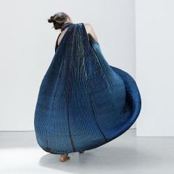 Performance dansée, robe à plis en twill de soie.
