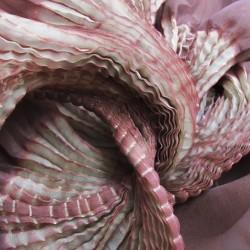 Étole juliette 032 multicolore en organza de soie plissé, teint et fabriqué à Lyon en France par Sophie Guyot Soieries