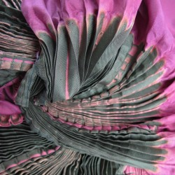 Écharpe coulipli multicolore 016 en twill de soie plissage et teinture artisanale, fait à lyon en France par Sophie Guyot