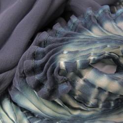 Écharpe coplicot bicolore en mousseline de soie, plissée et teinte par sophie guyot soieries, Lyon, France