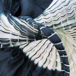 Foulard court minipli bicolore en twill de soie plissé, fabriquée par sophie guyot soieries à Lyon en France, portée.