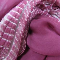 Écharpe plissée Mimousse en mousseline de soie fabriquée à Lyon France Sophie Guyot créatrice mode accessoires et soieries
