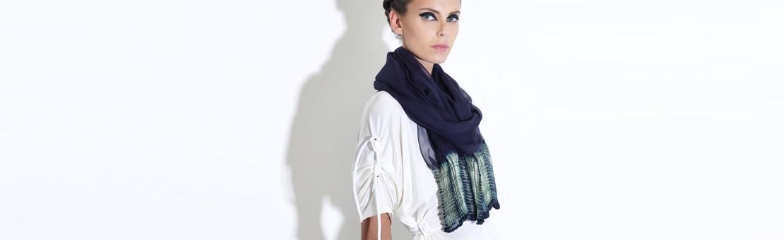 Écharpe légère en mousseline de soie, plissée sur deux pans aux extrémités. Bicolore. Plissage à l'aiguille, ligature et teinture artisanale inspirée d'une technique de shibori.