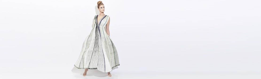 Robe en soie plissée Plicatwill en twill de soie plissée, bicolore. Plissage à l'aiguille, teinture à motifs réservés inspirés d'une technique de shibori. Fabriquée à lyon france par sophie guyot soieries, atelier d'art, création mode et accessoire.